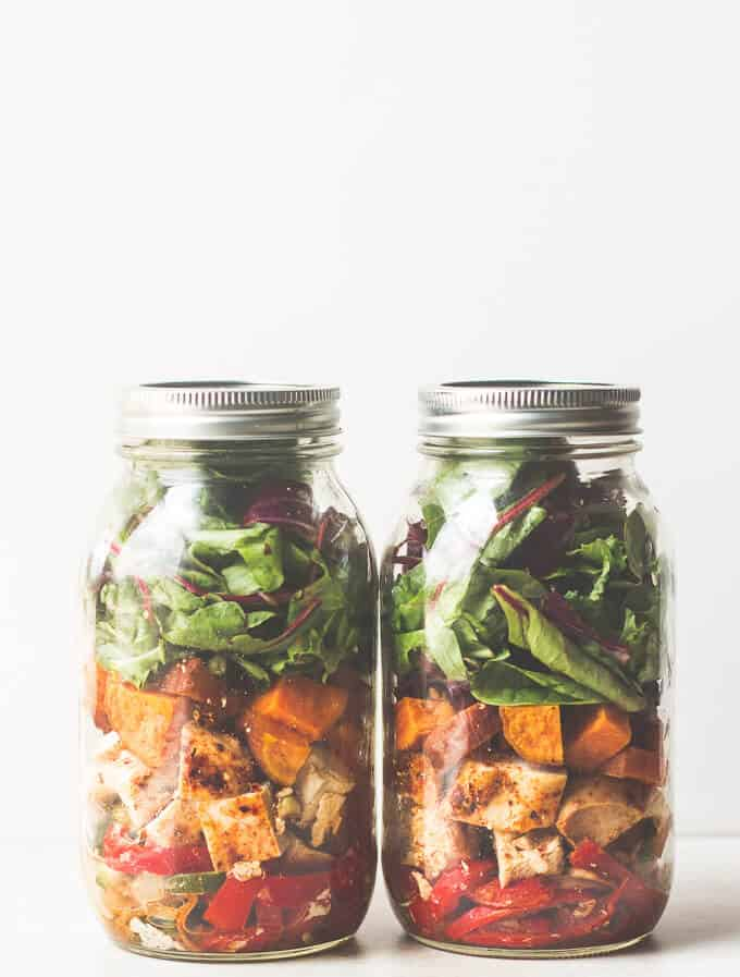 Southwestern Chicken Fajita Mason Jar Salad - Mason jar recipes will shake the everyday ingredients and turn them into fun and exciting new ways to prepare meals and drinks. For more interesting posts, go to http://glamshelf.com